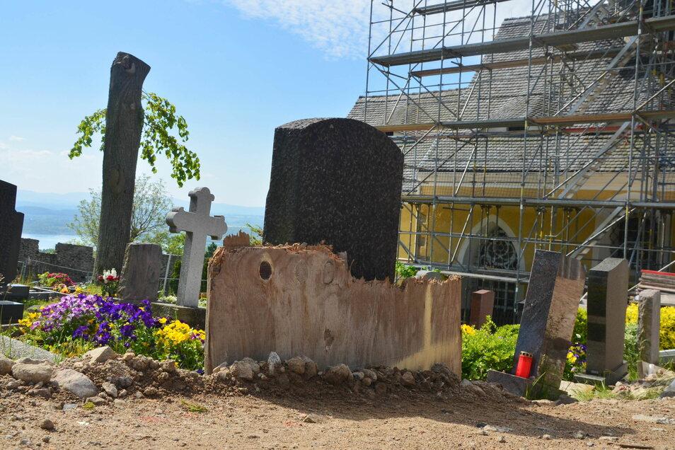 Der Mittelweg wurde für die Baumaschinen aufgeschüttet. Bretter sichern die Gräber ab.