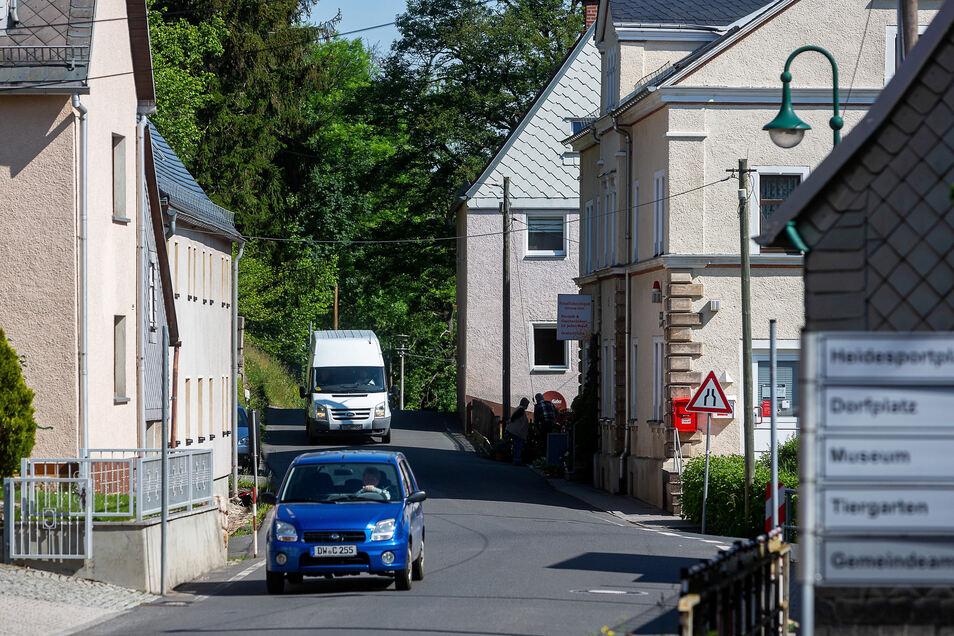 Eng und ohne Fußweg führt die Straße durch Höckendorf. Seit über zehn Jahren laufen die Planungen für den Ausbau. Jetzt gibt es noch einmal eine heiße Diskussion darüber.