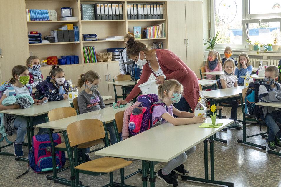 Lehrerin Alexandra Kopsch sah nach vielen Wochen ihre Schützlinge aus der ersten Klasse an der 4. Grundschule Riesa wieder.