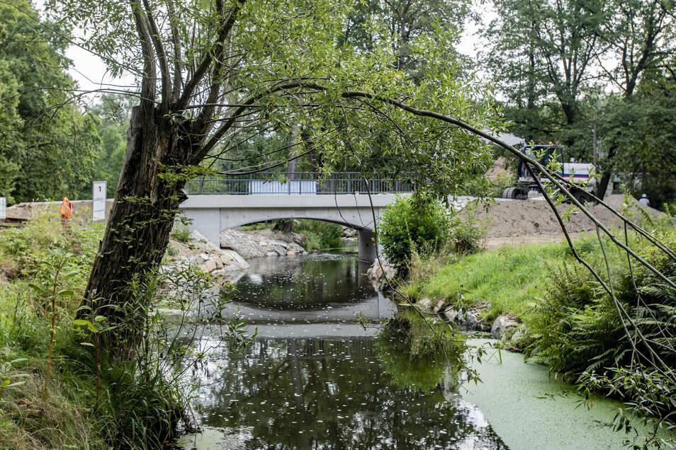 Die Brücke über die Große Röder ist fertig und kann jetzt befahren werden. Die provisorische Holzbrücke wurde abmontiert.