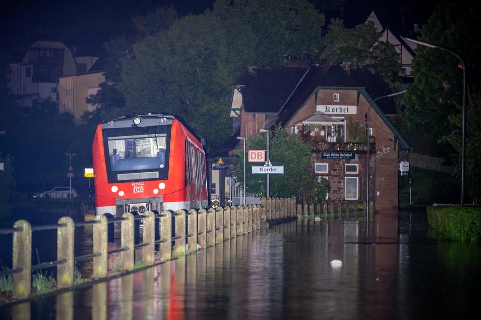 Rheinland-Pfalz, Kordel: Ein Zug steht in der Nacht am Bahnhof in Kordel. Ein Teil des Ortes wurde von den Wassermassen der Kyll überflutet.