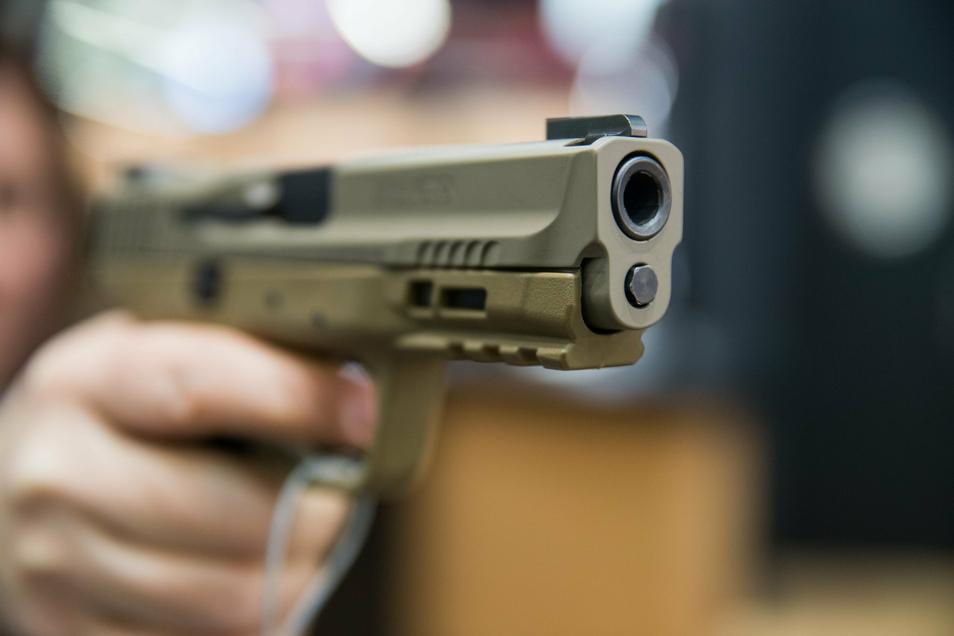Mit einer Schusswaffe hatten Jugendliche am Wochenende in Riesa einen 16-Jährigen bedroht. Um welche Art von Waffe es sich handelt, muss nun ein Gutachter feststellen.