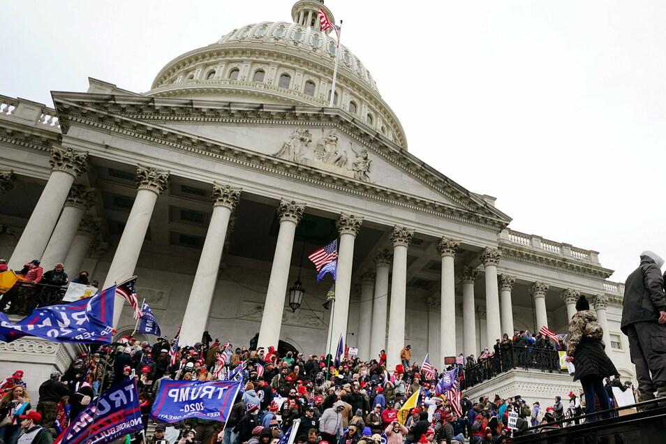 Trump-Unterstützer stehen vor dem Kapitol.