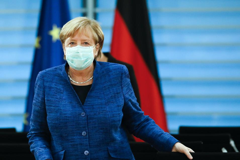 Bundeskanzlerin Angela Merkel (CDU) hat sich angesichts stark gestiegener Corona-Zahlen mit den Oberbürgermeistern der elf größten deutschen Städte über die Lage beraten.