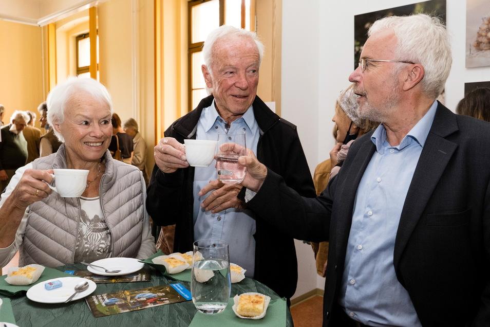 Ingrid und Heinz von Matthey wurden am Sonnabend ausgezeichnet. In der Pause der Ehrungs-Veranstaltung im Görlitzer Humboldthaus blieb Zeit für ein Schwätzchen mit Kollegen und Gästen.