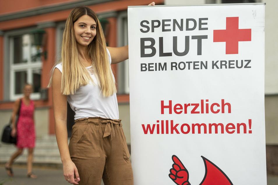 Die Referentin für Öffentlichkeitsarbeit beim DRK-Blutspendedienst, Olivia Köcher, bereitet eine Spendenaktion vor. Am 12. Juli wird in der Diakonie Radebeul zur Blutabgabe gebeten.