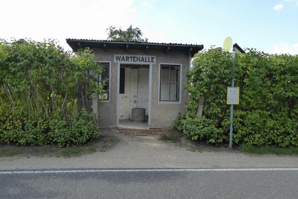 """Dieses kleine Bushäuschen in Ober-Neundorf trägt die stolze Aufschrift """"Wartehalle"""". Es wird ebenfalls saniert."""