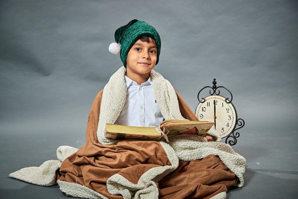 Hassan Zidan als kleiner Geschichtenleser  mit Märchenbuch.