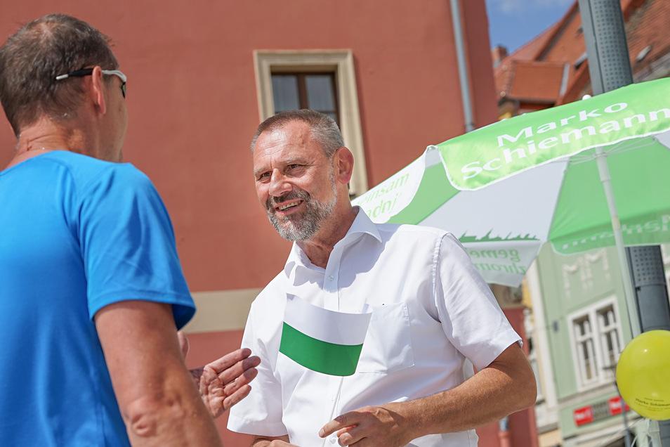 Auf dem Bautzener Kornmarkt begegnen die SZ-Reporterinnen dem CDU-Politiker Marko Schiemann, der dort um Wählerstimmen für die Landtagswahl kämpft.