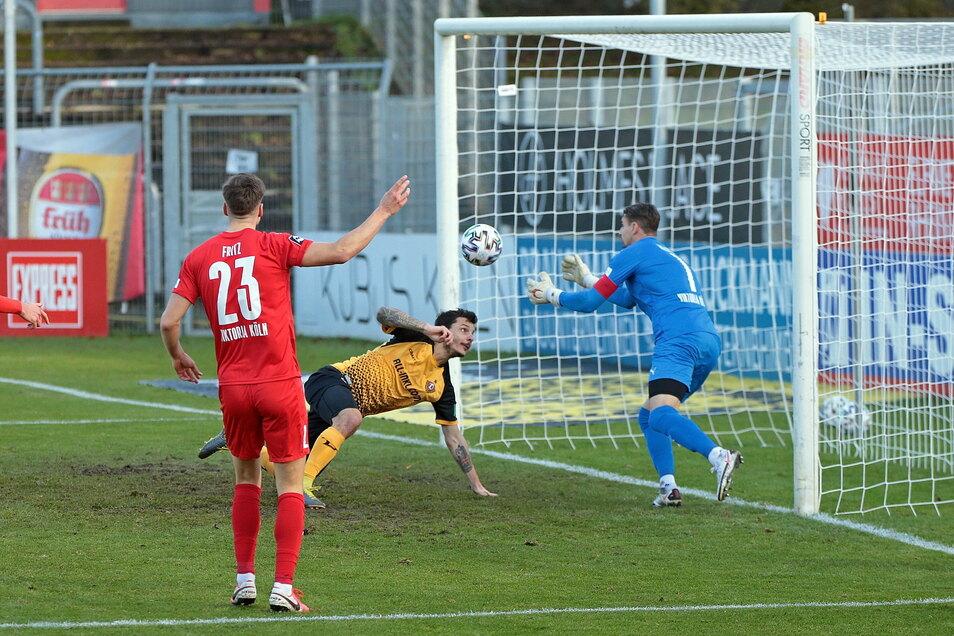 Philipp Hosiner hat Dynamos erste gute Chance, scheitert aber an Kölns Torwart Sebastian Mielitz.