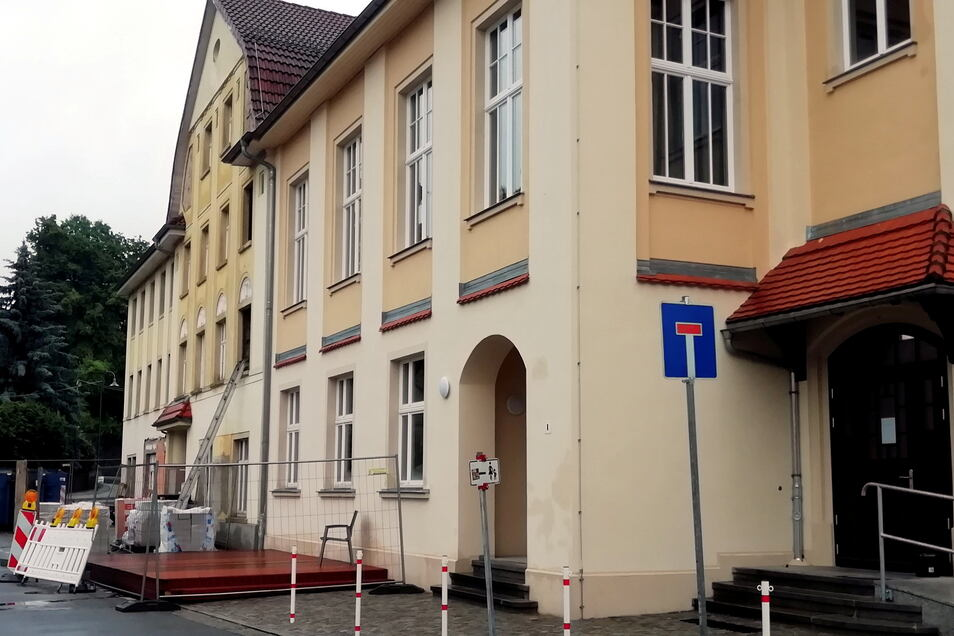 Im Hotelbereich (l.) des Gebäudekomplexes mit dem Rödersaal in Großröhrsdorf wird noch gebaut. Das Restaurant hat aber schon geöffnet. Neben dem Eingang entsteht jetzt noch eine Terrasse für Gäste. Der Biergarten befindet sich im Innenhof.