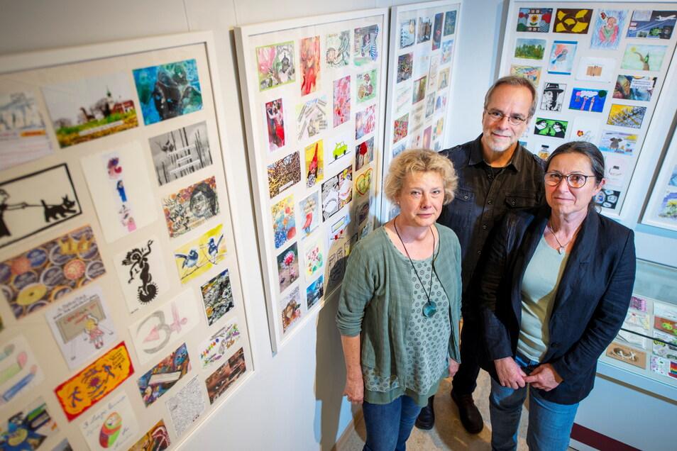 """Petra und Burghard Schade sowie Anita Voigt (v.r.) in der Ausstellung """"Stimmen aus dem Lockdown"""" im Radeburger Heimatmuseum."""