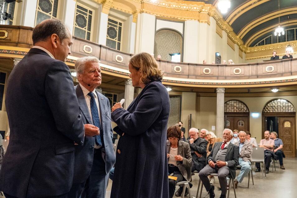 Joachim Gauck (zweiter von links) im Gespräch mit dem Görlitzer Oberbürgermeister Octavian Ursu und der evangelischen Generalsuperintendentin Theresa Rinecker.
