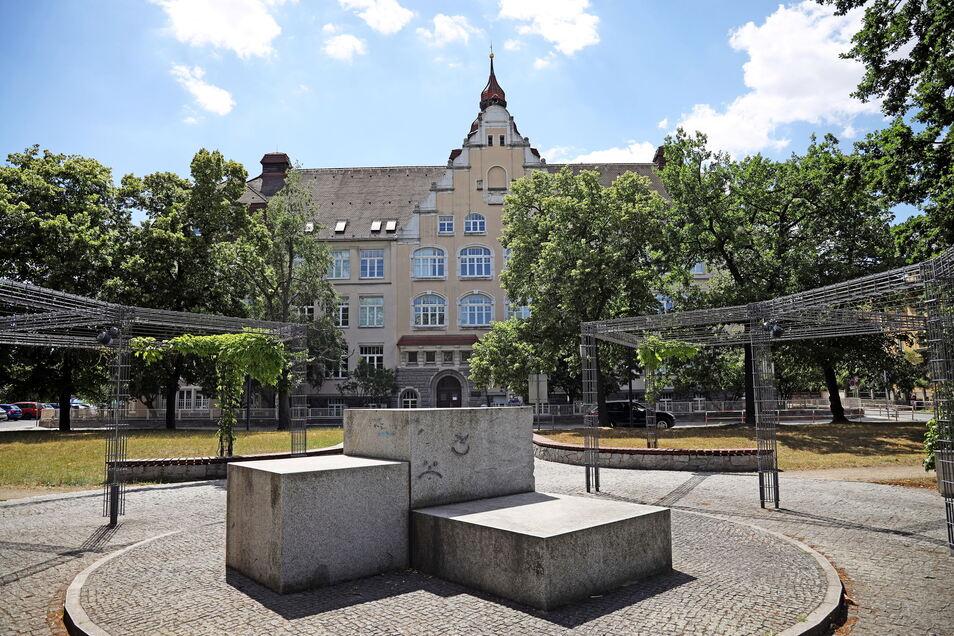 Blick aufs Werner-Heisenberg-Gymnasium am Friedrich-Ebert-Platz in Gröba. Zehn Jahre lang war Sylvia Mebus hier Schulleiterin. Wer auf sie folgt, ist noch nicht klar, fürs Erste übernimmt Stellvertreter Christian Honecker.