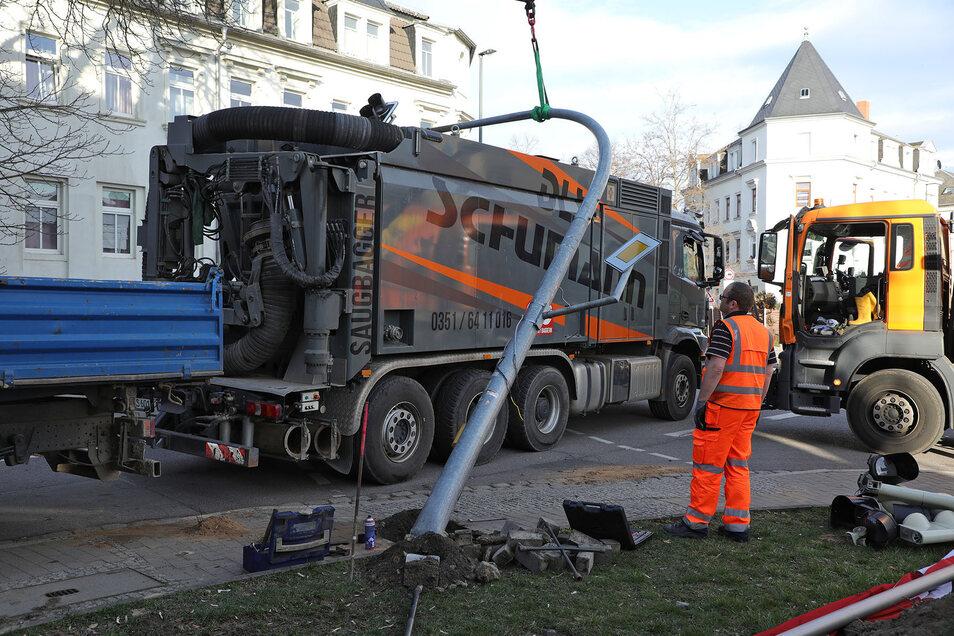 Ein Saugbagger hatte am Montag die Ampel an der Kreuzung umgerissen.
