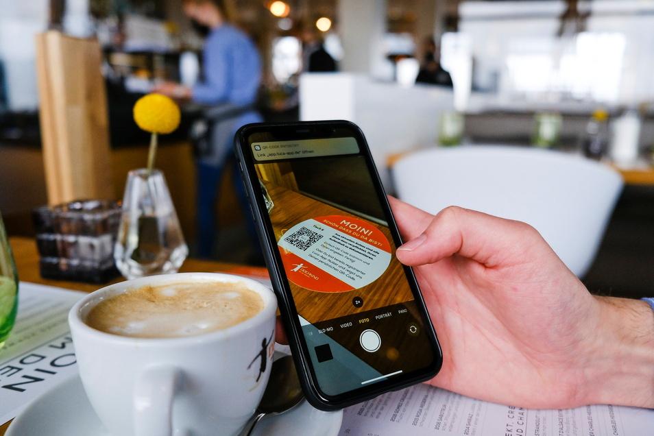Modellregion Nordfriesland: Hier beteiligen sich mehrere Tausend Unternehmen. So sind beispielsweise Cafébesuche wieder möglich. Einfach negativ testen lassen und dann mit dem Handy QR-Code scannen.