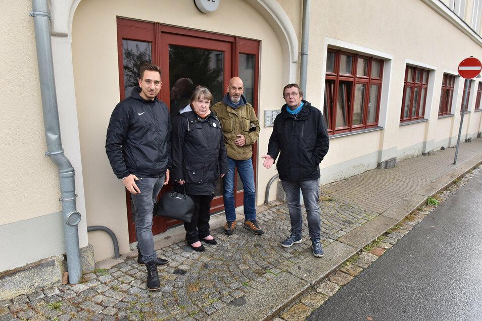 Die Initiatoren Stefan Vogl, Jörg Mumme, Silvia Fischer, Franz Thiele (von rechts) möchten in der Dresdner Straße 52, dem ehemaligen Central-Kaufhaus, Stolpersteine verlegen lassen.