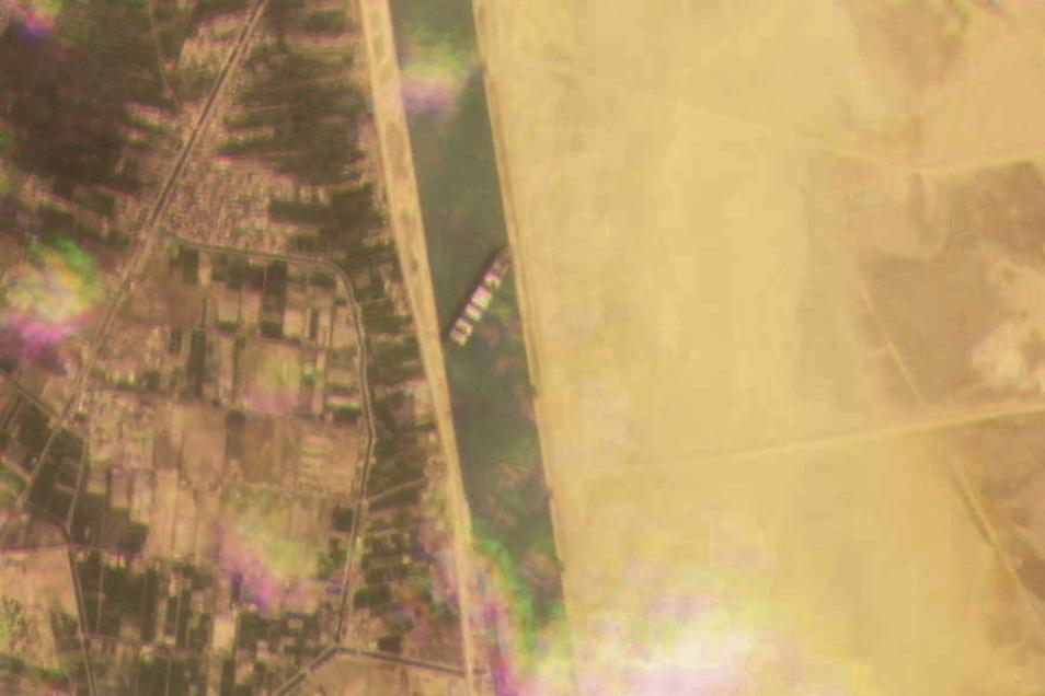 Dieses Satellitenbild zeigt, wie das Frachtschiff MV Ever Given die wichtige Schifffahrtsstraße zwischen Asien und Europa blockiert.