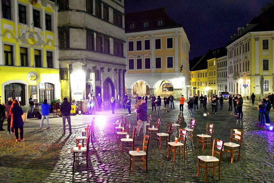 Vorigen Montagabend trafen sich einige Gastronomen auf dem Görlitzer Untermarkt und stellten leere Stühle auf. Sie wollten nicht mehr kommentarlos hinnehmen, dass sie trotz Hygienekonzepten wieder schließen mussten.
