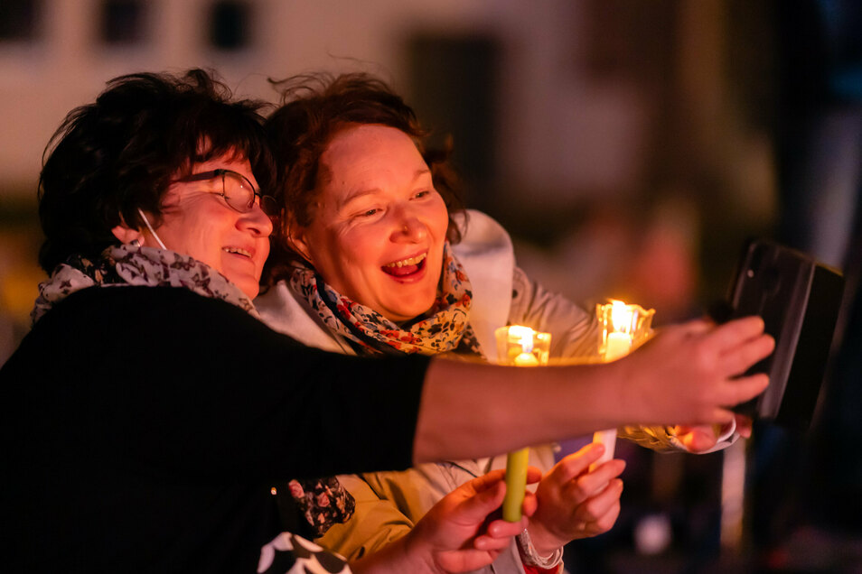 Sie sind begeistert: Zwei Frauen, die mit Kerzen beim ökumenischen Gottesdienst auf dem Schützenplatz in Bautzen dabei waren.
