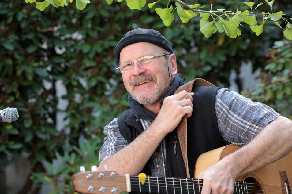 Nicht ohne Mütze und nicht ohne Gitarre: der Pirnaer Peter Lippert.
