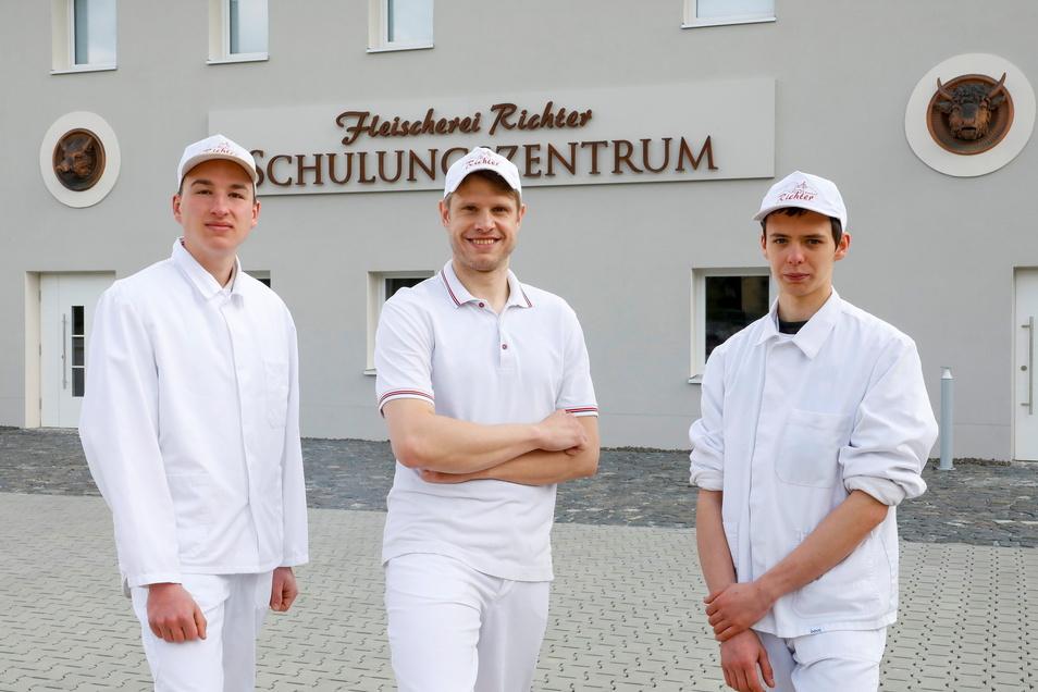 Eric Luft (rechts) und Philipp Cyrus (links) lernen bei der Fleischerei Richter in Löbau - unter anderem auch im neuen Schulungsgebäude. In der Mitte Junior-Chef Stefan Richter.
