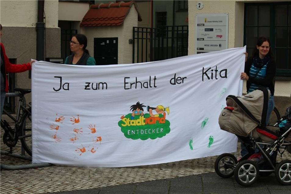 """Zudem hatte der in Gittersee beheimatete Kindergarten """"Stadtrandentdecker"""" Vertreter ins Ostragehege geschickt, um der Forderung nach einem Erhalt der Einrichtung auf der Oskar-Seyffert-Straße Ausdruck zu verleihen."""