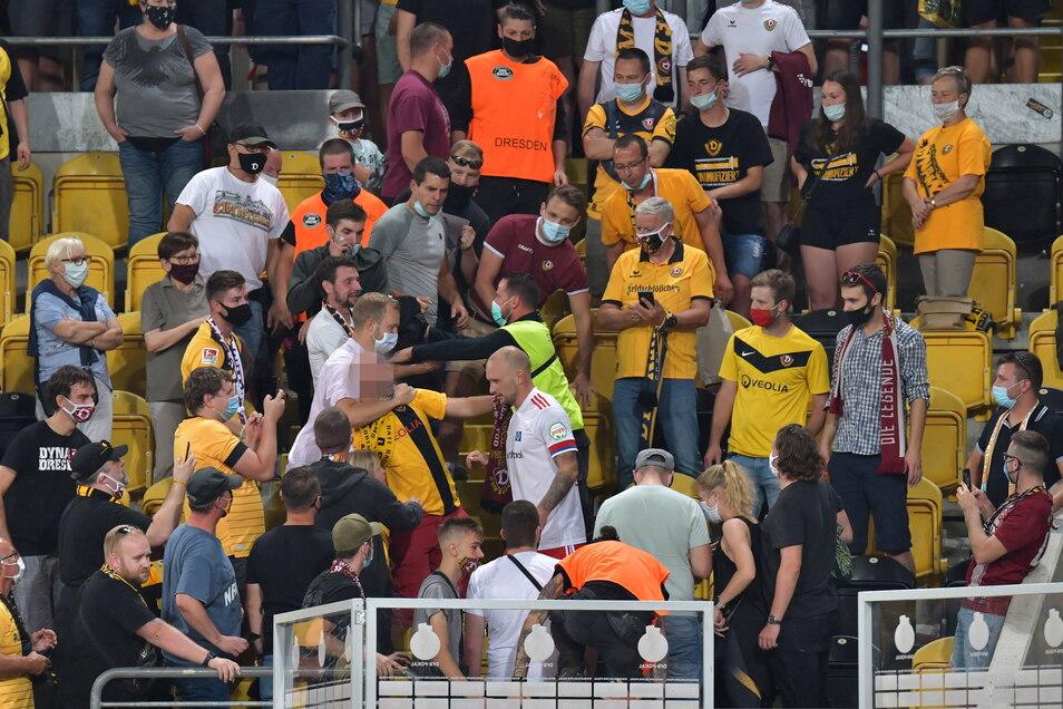 Toni Leistner sucht nach dem Pokalspiel den direkten Kontakt zum Dynamo-Fan (weinrotes Shirt über ihm), der zuvor seine Familie massiv beleidigt hatte.