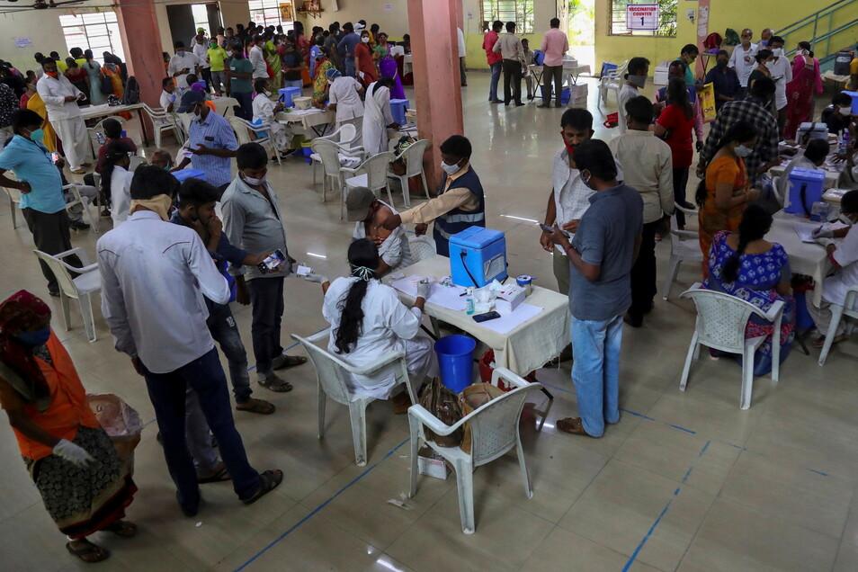 Hyderabad: Zahlreiche Menschen werden registriert und gegen das Coronavirus geimpft. Jeder Erwachsene in Indien hat nun Anspruch auf eine Impfung, die von der Regierung bezahlt wird.