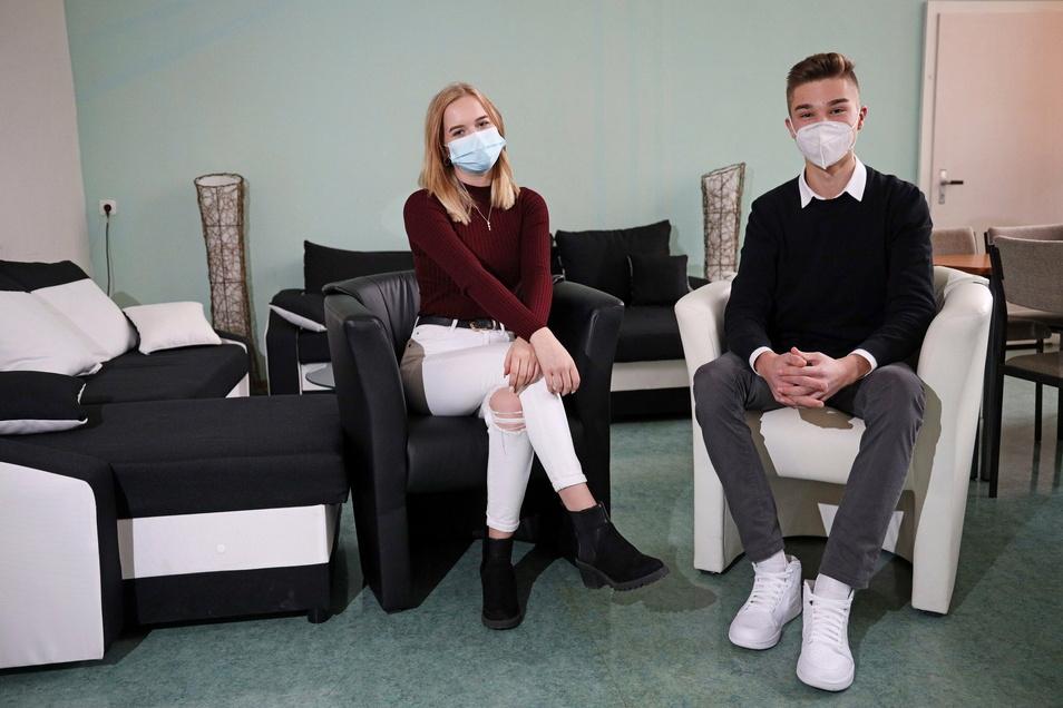 Hanna Metzner und Phillip Berger in einem Aufenthaltsraum des Werner-Heisenberg-Gymnasiums. Die beiden Zehntklässler sind Schülersprecher der Schule.