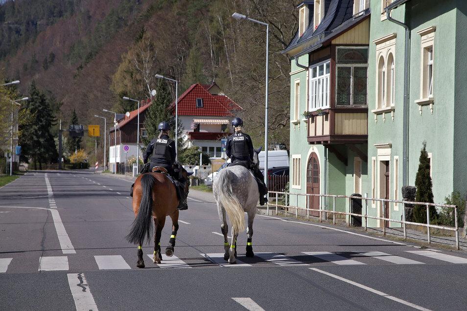 Die Polizeireiterstaffel auf Streife in Schmilka: Die beiden jungen Polizistinnen ritten am Sonnabend den Elbleitenweg entlang bis zum Rauschenstein. Ihr Auftrag: Ausgehkontrolle. Der Grenzort Schmilka wirkt aber wie verlassen.