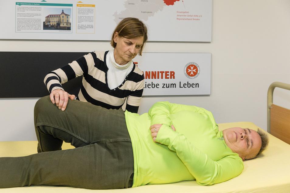Redakteurin Gabriele Fleischer lernt in einem Pflegekurs der Johanniter Handgriffe, mit denen sie eine Pflegebedürftige leichter im Bett drehen kann – hier eine Kursteilnehmerin.