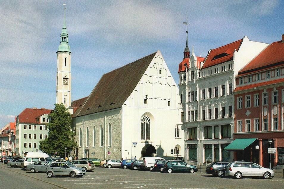 Die Kirche ist das markanteste Bauwerk am Obermarkt.