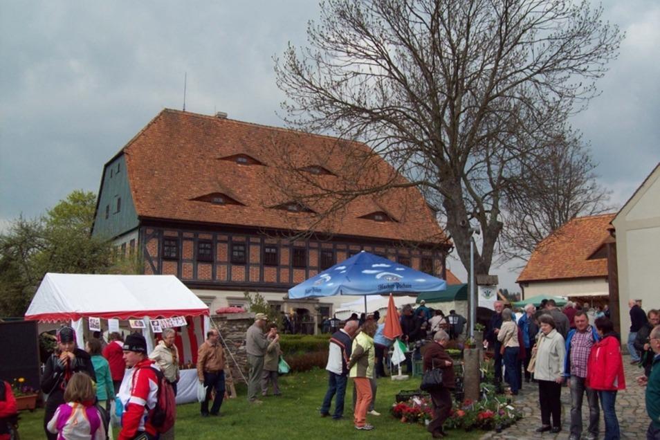 Buntes Martktreiben vor historischer Kulisse auf dem Faktorenhof Eibau.