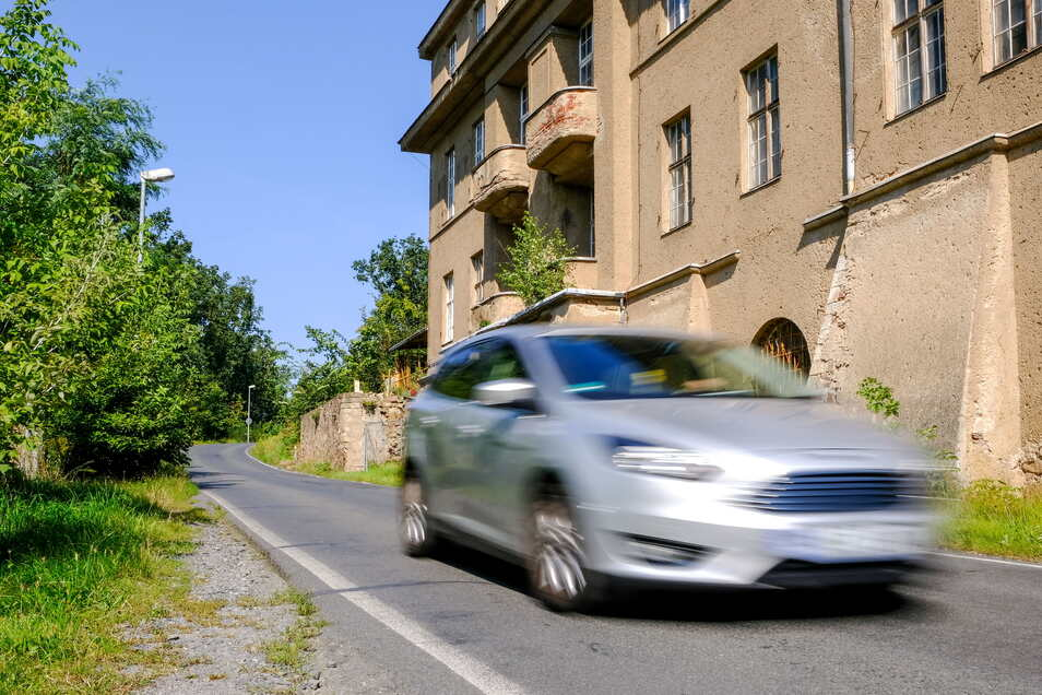 Bis kurz vor dem Schloss - aus Richtung Coswig kommend - ist die Straße bereits ausgebaut.