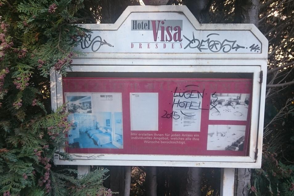 """""""Lügen Hotel 2015"""" hatten unbekannte auf eine Tafel des Visa Hotels geschmiert. Das wurde am Tag nach dem Brand bekannt. Ob es sich dabei um eine Duftmarke der Täter handelt, lässt sich nicht mehr klären. Offenbar weil Aufräumarbeiten in dem desolaten Geb"""