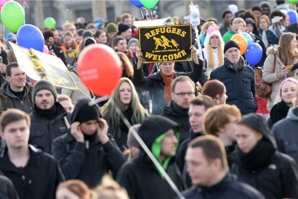 Die Veranstalter der Kundgebung mit anschließendem Marsch durch Dresden wenden sich gegen die Kriminalisierung von Asylsuchenden und treten unter anderem für bessere Unterkünfte, eine rasche Bearbeitung der Asylanträge und das Recht ein, als Flüchtling in Deutschland schneller eine Arbeit aufnehmen zu können.