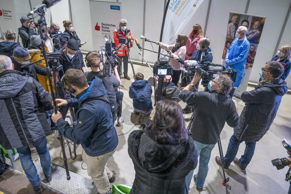 Großer Medienrummel: Teams von Fernsehen, Radio und Zeitungen begleiteten am Montag den Impfstart in Riesa.