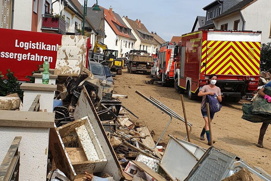 Die Feuerwehrleute aus dem Kreis Meißen inmitten von Schutt und zerstörtem Hausrat.
