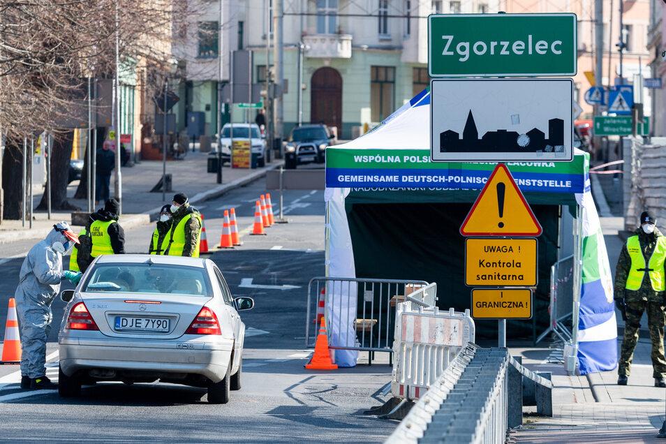 Ein Archivbild von einer Grenzkontrolle Ende März 2020 in Görlitz auf der Brücke der Freundschaft an der polnische Grenze vor Zgorzelec.