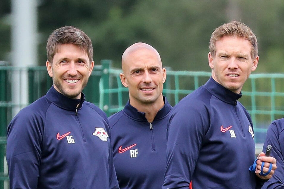 Auch sie ziehen ins Quarantäne-Camp: Chefcoach Julian Nagelsmann (rechts) und sein Trainerteam mit Videoanalyst Benjamin Glück (links) und Athletiktrainer Ruwen Faller.