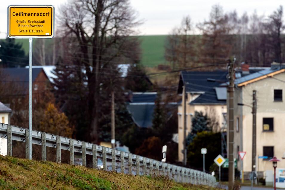 Das Geißmannsdorfer Ortseingangsschild stand lange Zeit falsch. Nun markiert es den exakten Platz.