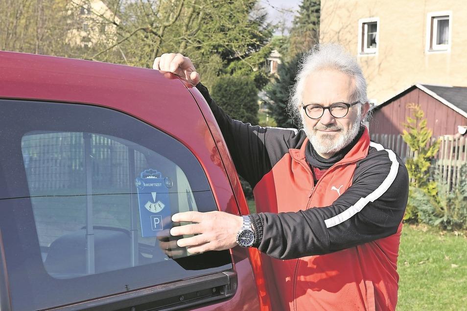 Hier im hinteren Fenster seines Autos hat Uwe Fullert die Parkscheibe mit Saugnäpfen angebracht. Eine solide Lösung, hat er gedacht.