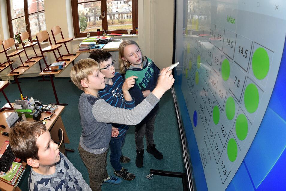 Die Kreide kommt aus der Mode - das Lernen der Zukunft erfolgt zum Teil an riesengroßen Bildschirmen und interaktiven Tafeln.