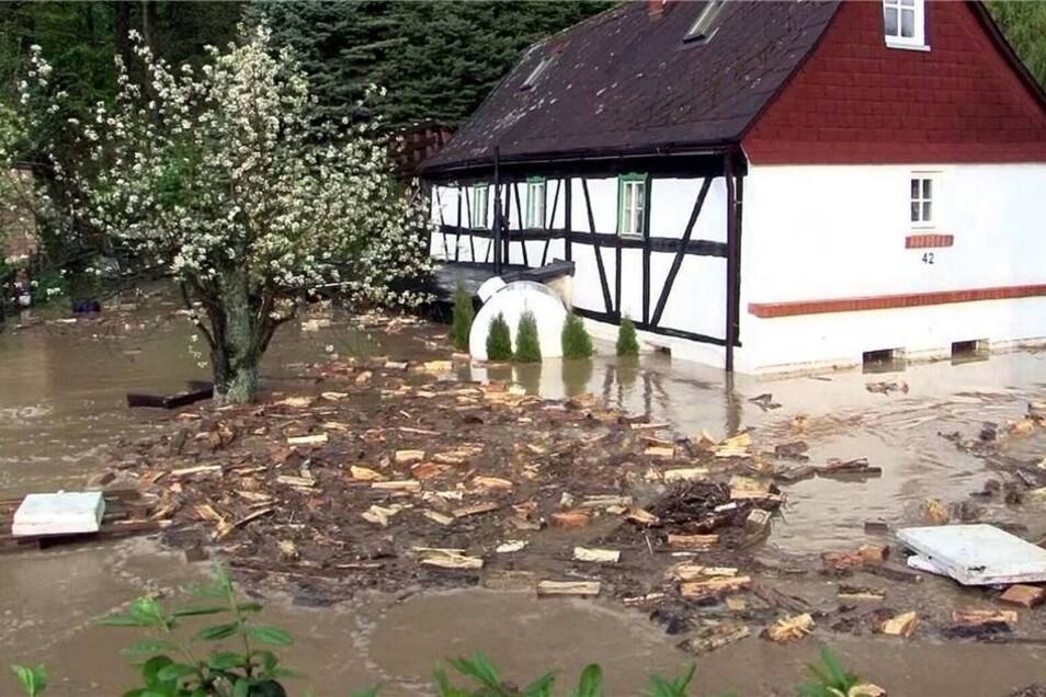 Drei Häuser wurden nach Angaben der Feuerwehr unter Wasser gesetzt.