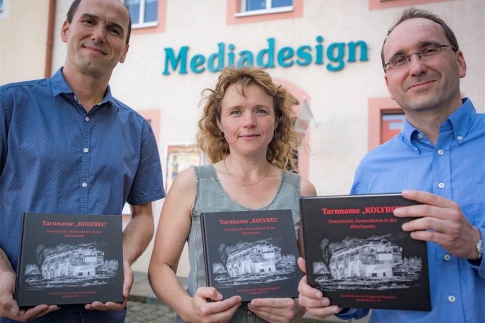 Christof Schuster (r.) ist einer der Autoren, Heiko Berthold von Mediadesign übernahm den Druck und Karina Klotsche die grafische Gestaltung.