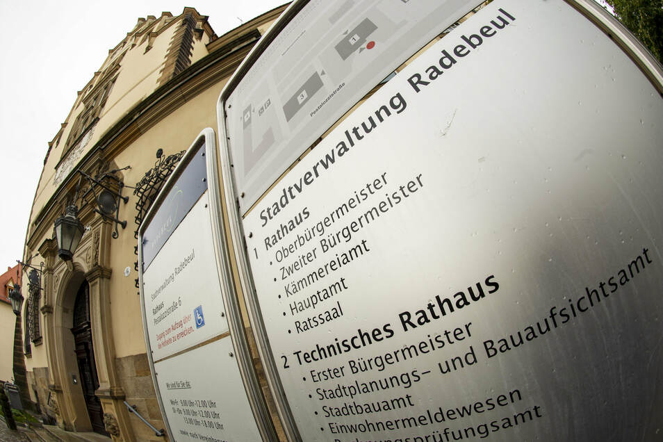 Die Stadt Radebeul schränkt den Besucherverkehr im Rathaus ein.