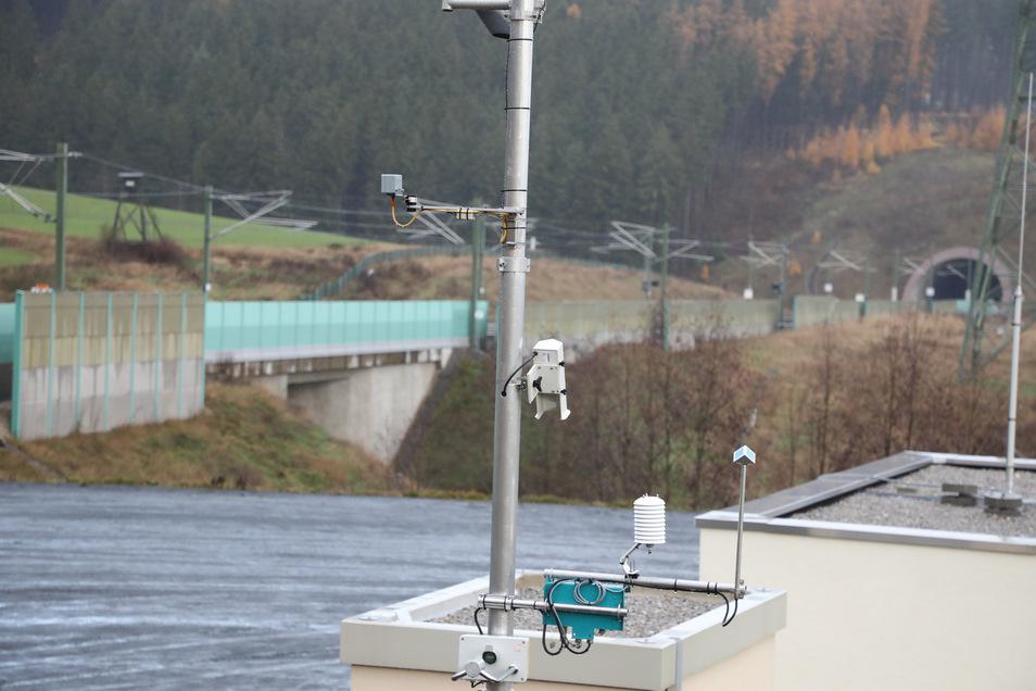 Eine Wetterstation steht in der Nähe von Ilmenau an einer ICE Strecke. Damit sollen genauere Vorhersagen möglich sein und Zugausfälle verhindert werden.