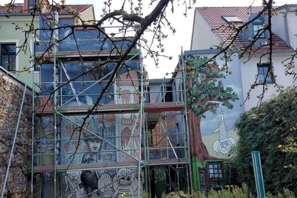 """Der Innenhof am Gasthaus """"Holzweg"""" in der Meißner Straße in Großenhain wird gerade wieder auf Vordermann gebracht."""