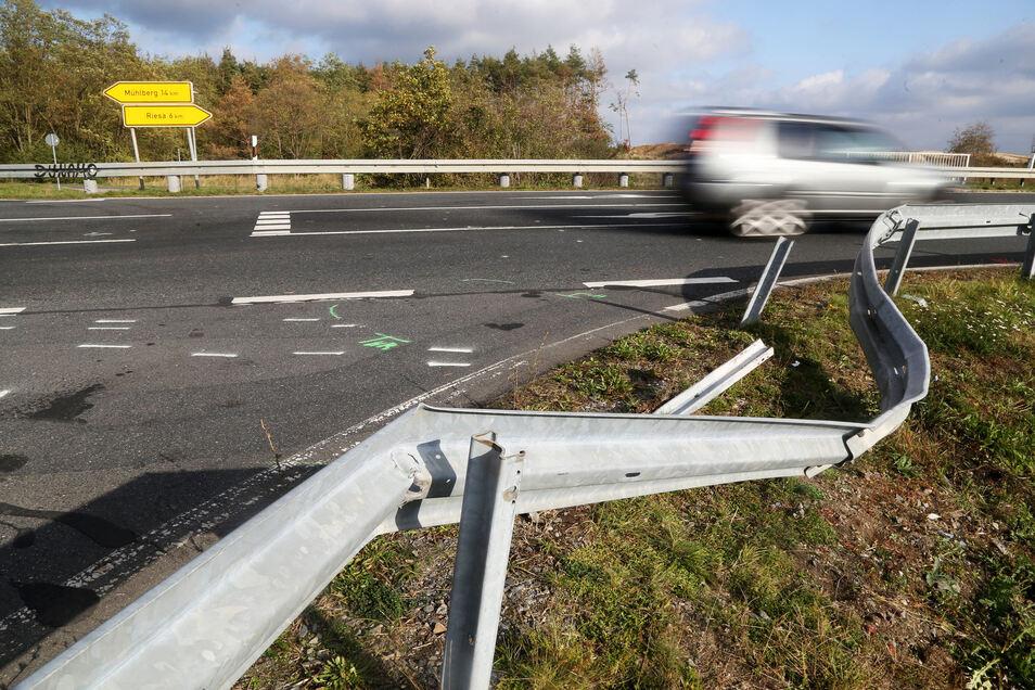 Die verbogene Leitplanke zeugt noch von dem Unfall an der Staatsstraße..